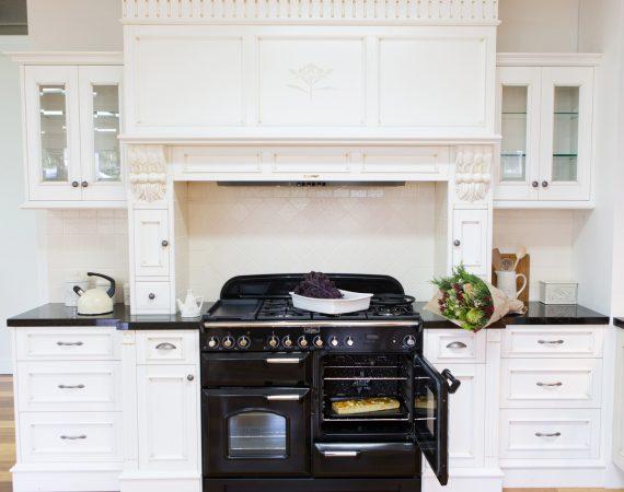 Klassisk kjøkken med Classic Deluxe 110 Gass i fargen Sort