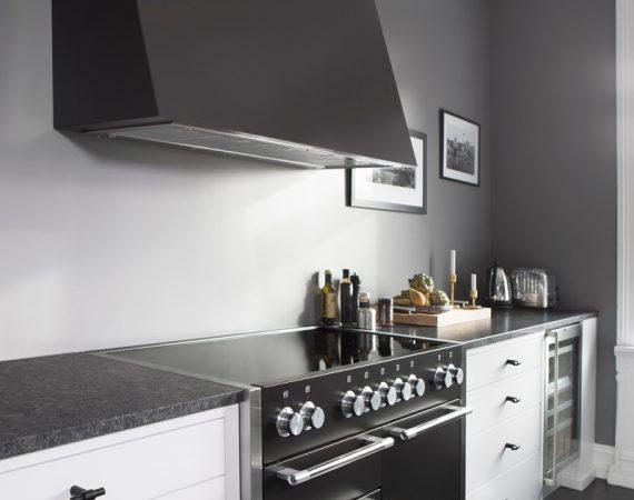 Tidløst kjøkken med Mercury 1200 Induksjon i fargen Sort, fotokred Annette Nordstrøm