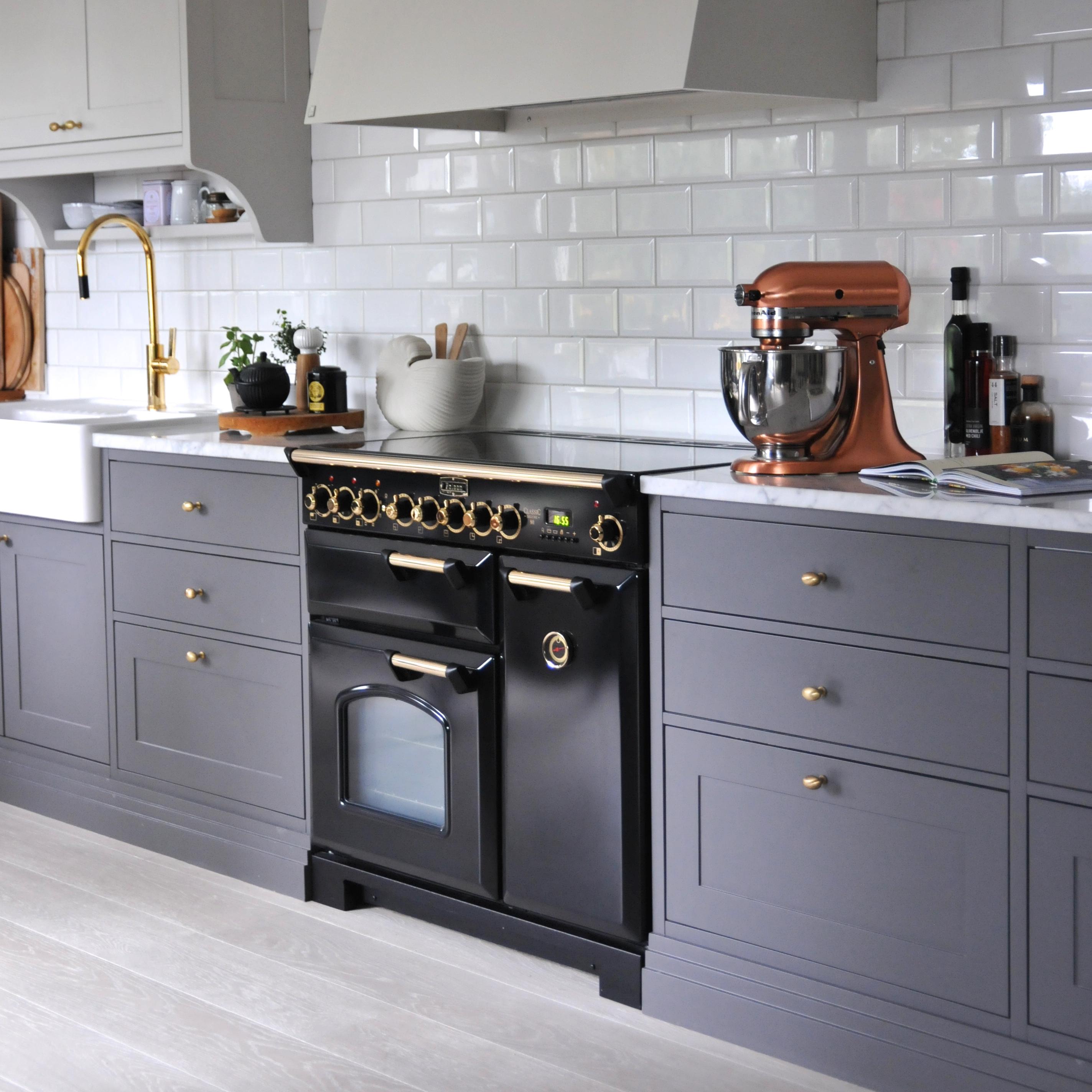 Classic Deluxe 100 med messingdetaljer i et stilfullt kjøkken hjemmet hos Inspirashonsguidennorge