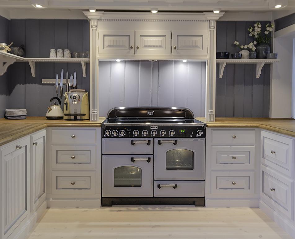 Kjøkken fra Os Trekultur med Classic Deluxe 110 Indukjson i fargen Kongelig Perle